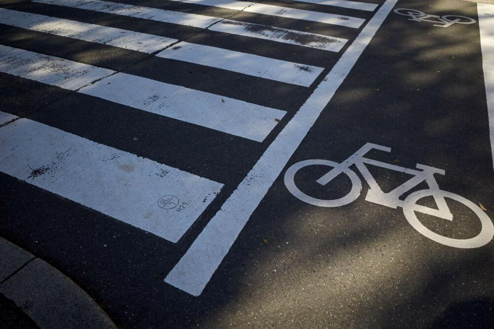 横断歩道と自転車通行帯の表示