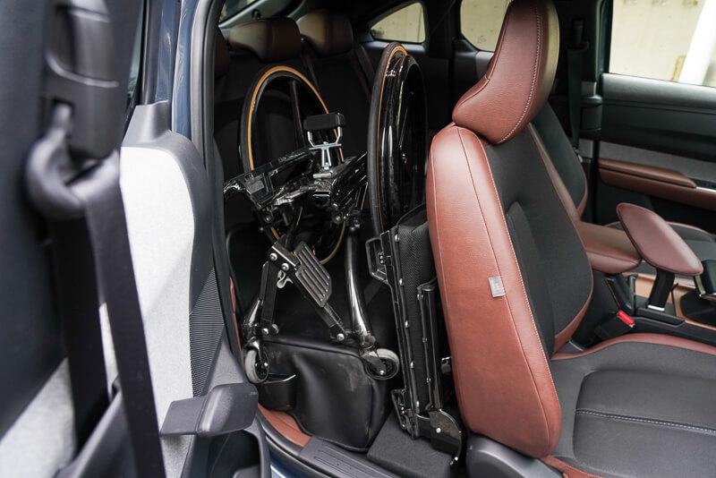 MX-30 手動運転車  後部座席に車イスを置く
