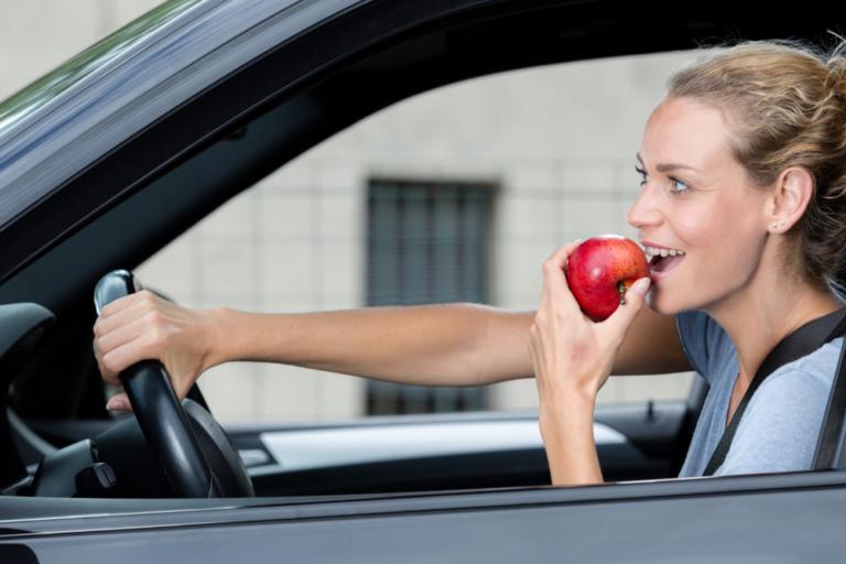 片手運転は安全運転義務違反で違反対象って本当!?反則金や違反種類は?