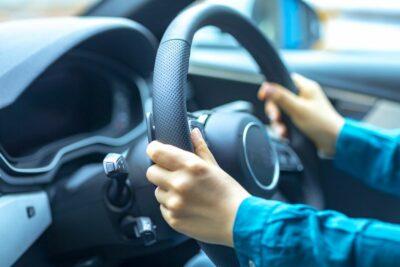 車のハンドルの正しい回し方とは?送りハンドルやクロスハンドルって何?