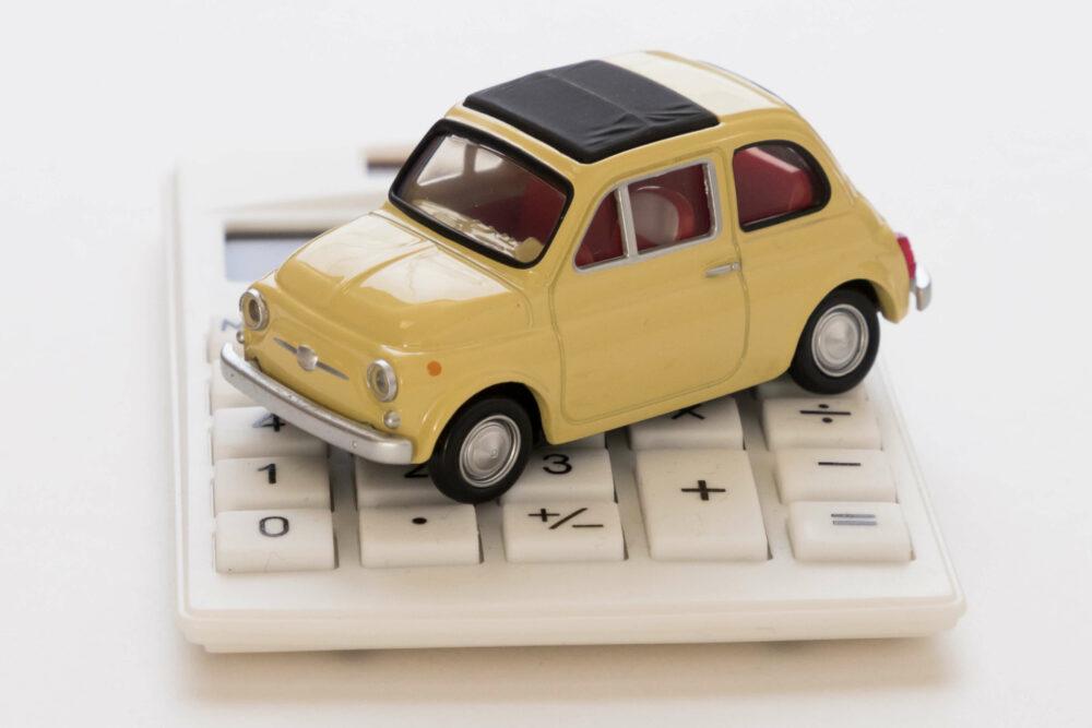おもちゃの車と電卓