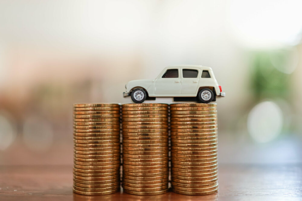 コインとおもちゃの車