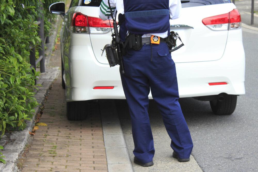 車と警察官