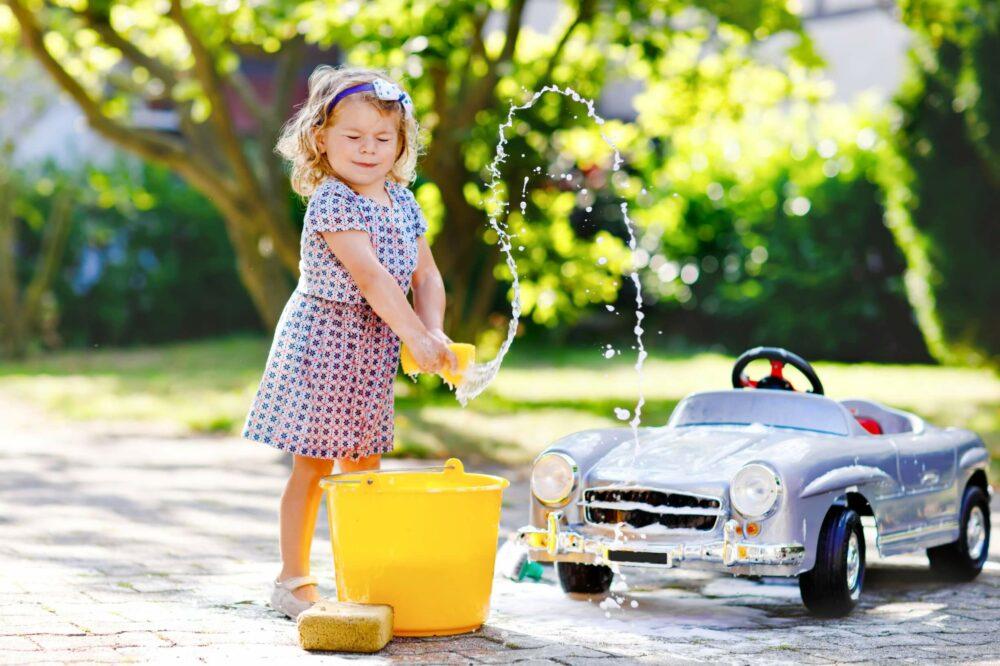 おもちゃの車を洗車する女の子