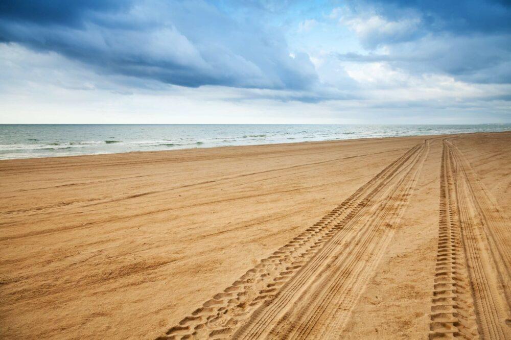 砂浜のタイヤ跡の展望