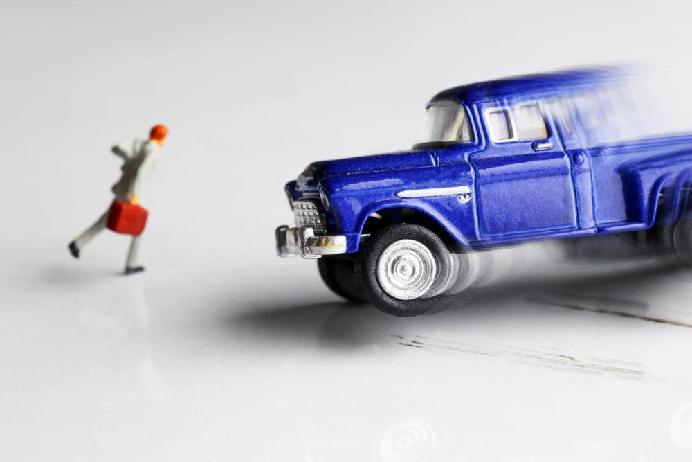 おもちゃの滑った車