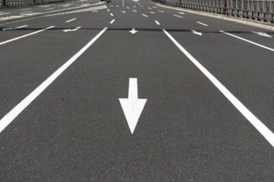 【通行帯違反】一般道でも高速でも追い越し車線は●キロしか走ってはダメ?反則金や違反点数も
