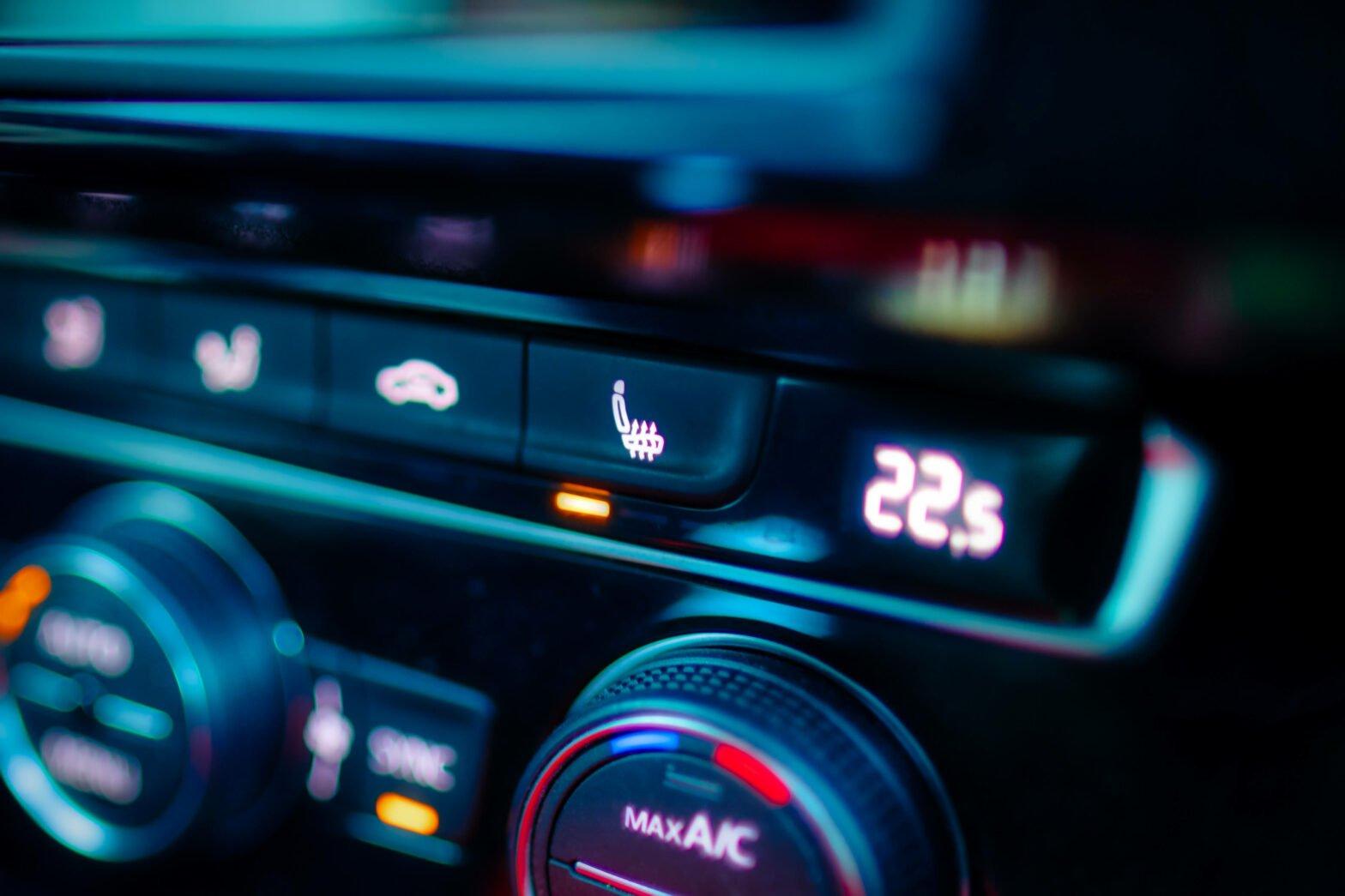 【車のエアコン】A/Cボタンと暖房・クーラーの正しい使い方|風が臭い・ぬるいときは?