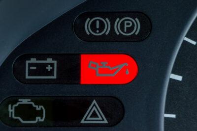 車の油圧警告灯・オイルランプが点いたらどうする?原因や対処法を解説