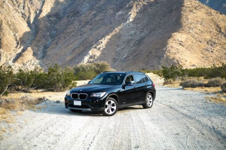 山道と4WDの車