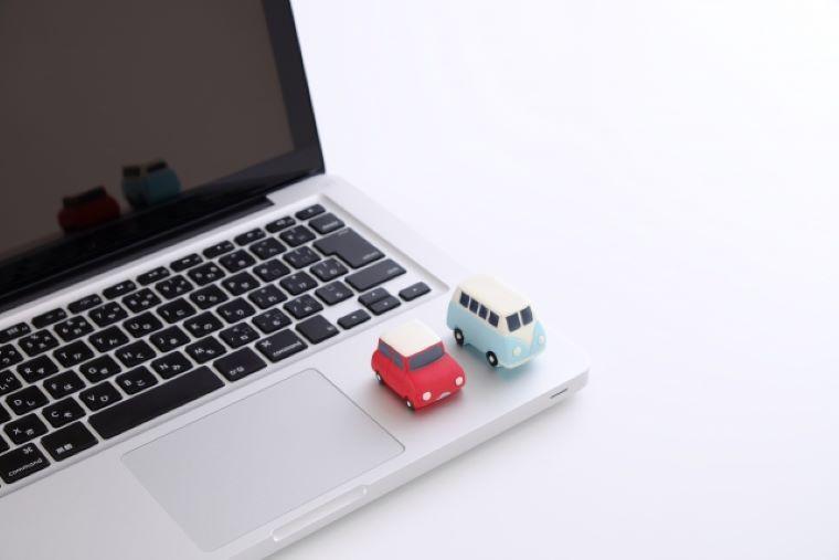 車のフィギュアとノートパソコン