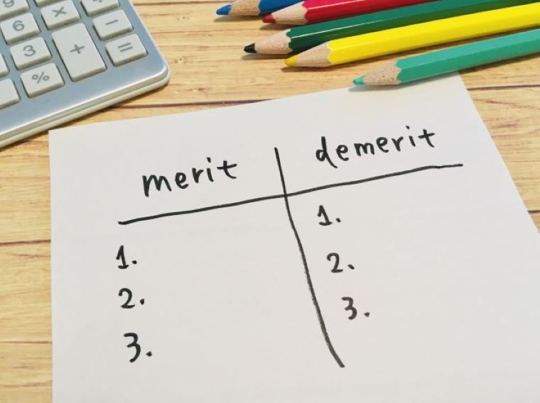 紙に書かれたメリット・デメリット