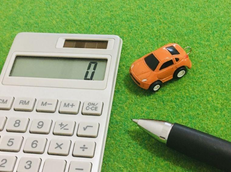 車のフィギュアと電卓