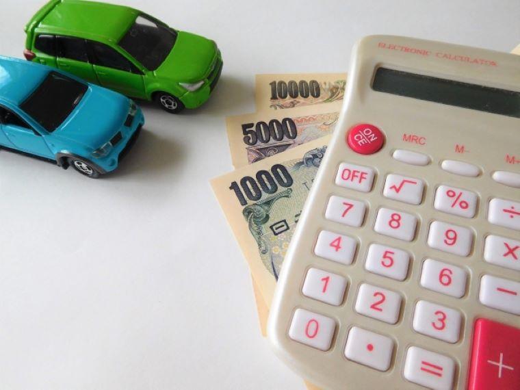 車のフィギュアと電卓とお金