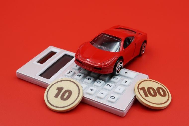 車のフィギュアと電卓と硬貨