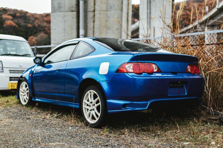 ナンバー外れた青い車