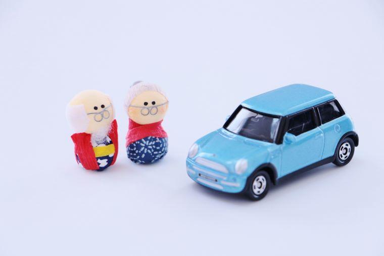 高齢者と車